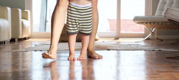 14-dicas-para-estimular-o-bebe-a-caminhar.jpeg