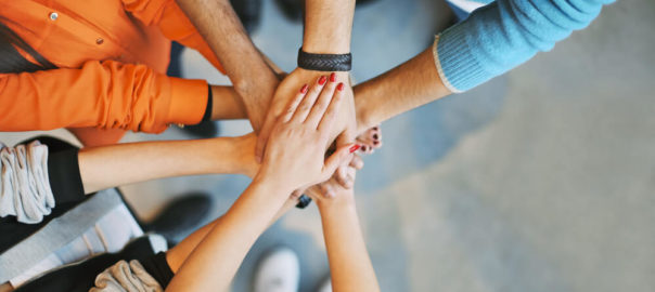 Estimule a comunicação, dê presentes ou aumento salarial, feedbacks e promova o ambiente de trabalho agradável