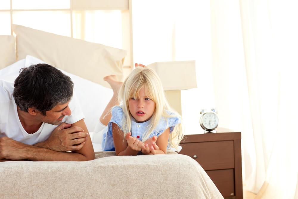 Pai e filha conversando