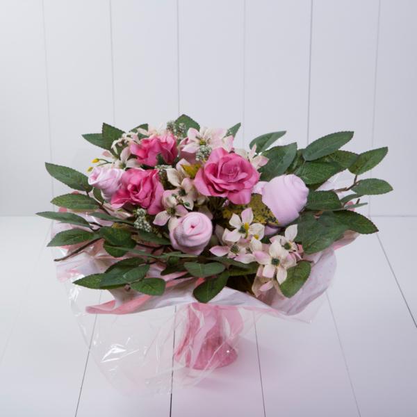 Bouquet-roupinha-bebe-body-meia-babador-presente-personalizado-maternidade-nascimento-rosa-menina-comprar-4