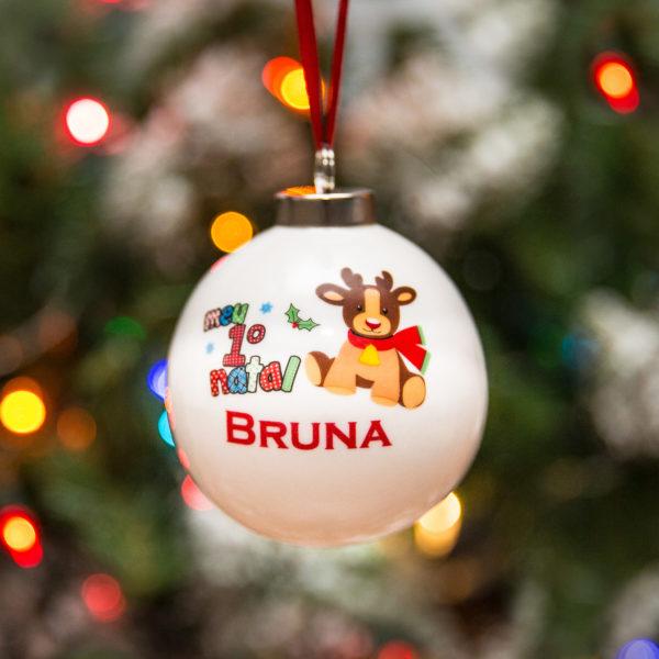Bola Meu Primeiro Natal personalizada na arvore luzes desfocadas