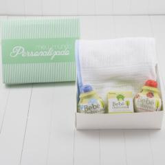 Cesta de presente para nascimento com toalha infantil de capuz e itens de banho