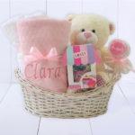 Cesta presente bebe com toalha felpuda rosa meninas