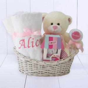 Cesta presente para recém-nascido com toalha felpuda rosa e branca