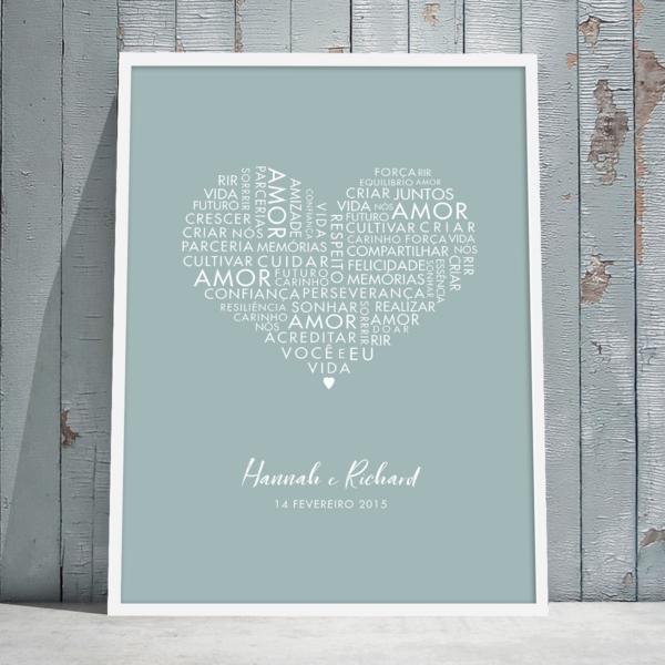 Quadro coração com palavras de amor – moldura branca – parede de madeira