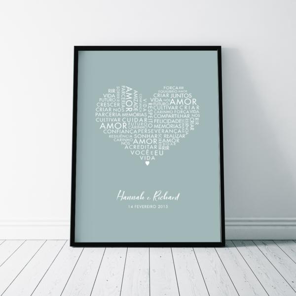 Quadro coracao com palavras de amor e nome do casal