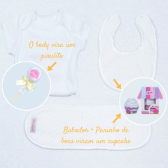 Itens da cesta presente bebê neutra como body babador e toalha de boca