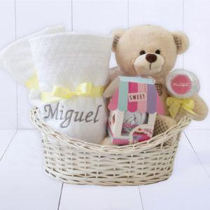 cesta presente bebe com toalha com capuz para meninos ou meninas unissex. Ideia do que dar para recém-nascido que tem tudo
