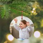 Enfeite de árvore de natal redondo com a foto do bebê