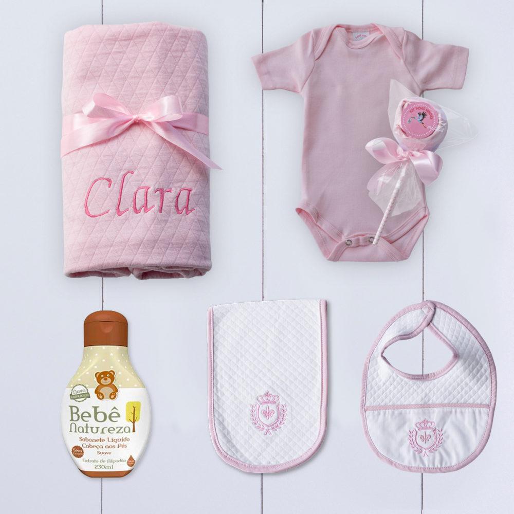 Conteúdo do Kit bebê amor em uma caixinho com manta bebê, babador, paninho de boca e body